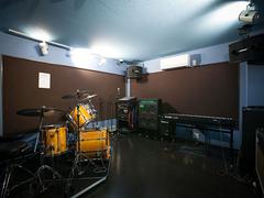 京都・長岡京の音楽スタジオ JAZZ、POPS等のバンド練習に最適な設備が整っています。【前日予約でお得に!800円!(2名様まで限定)】最大8人収容