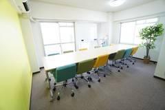 ⭐️新大阪駅より徒歩3分♪<レオン会議室>当スペースは建物公認会議室となります。『安い』『広い』『綺麗な』会議室です。安心・信用・信頼をテーマに運営しています。コスパ抜群の会議室です。まだご利用されたことのない方はぜひご利用下さい!wifi交換しました!不自由なく利用できると思います♪⭐️14名収容⭐wifi/ホワイトボード/プロジェクター無料。明るいお部屋で明るい気持ちになってください♪produce by 【SHARED SPACE】
