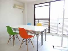<カラフル会議室/TeleSpace 京都駅前>9/4リニューアルOPEN⭐️ 大きな窓から自然光 ⭐️ 最上階のお部屋で快適に ⭐️ 畳でくつろぎながら飲食可
