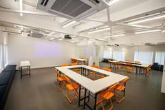 無料備品充実!!白を基調とした高級感ある明るいスタジオです。独立したスペースの為、会議・打合せなど様々な用途でご利用いただけます。