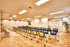 茅場町徒歩5分  60人/シアター形式、32人/向かい合わせ着席、収容可能 木目調のおしゃれなスペース!机とイスもございますので多用途で使用できます!【アクト】