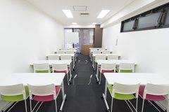 【博多駅すぐオフィスビル】BASES福岡(8/16リニューアル):好立地・便利・格安・安心!明るい会議室で説明会や教室・セミナーに(収容人数20名貸し会議室)