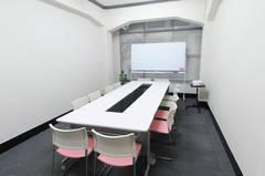 ☆TSUBAKI本町☆ 多目的スペース 机イス配置は自由自在 1~20名までOK ★ ゆったり少人数からセミナー・研修まで利用可 ★無料Wi-Fi、高輝度プロジェクター、100インチ電動プロジェクタースクリーン有り ★飲食可能