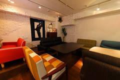 【渋谷駅6分】ソファーでくつろげる!キッチン・プロジェクター・ミニステージを備えたレンタル・スペースの写真