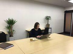 アットビジネスセンター心斎橋駅前の「ひとり会議室」 ※貸会議室の空室を利用したワーキングスペースです。