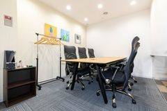 【新静岡駅徒歩1分】コワーキングスペースの6名様用会議室