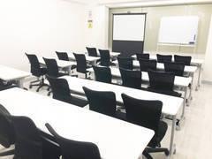 【NewOpen】大阪本町 駅近 格安 中規模会議室 30人着席目安 中規模なセミナー、会議、ミーティング、レッスン、オフ会など最適なスペースです 無線LAN プロジェクター ホワイトボード 完備 日当良好 夜もLED照明で明るい室内 プロジェクターとスクリーンも貸出【オープン記念格安貸出中】