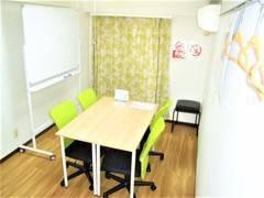 【704号室/Room GREEN】完全個室で会議、レッスン等多目的なご利用が可能なスペース!ホワイトボード完備!※現在Wi-Fi利用不可