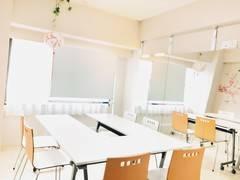 【大型鏡設置ohana】無料WiFi/新大阪駅徒歩1分 明るい室内 プロジェクターホワイトボード控室/会議やミーティング 大型ミラーを使用した骨格診断やカラー診断や着替え 着付け・メイク・パーソナルトレーニングや動画撮影などにも最適です。