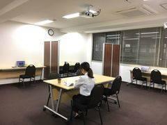 アットビジネスセンターPREMIUM新大阪の「ひとり会議室」 ※貸会議室の空室を利用したワーキングスペースです。