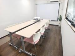 移転リニューアルオープン☆TSUBAKI新横浜☆ 多目的スペース 机イス配置は自由自在、★ゆったり少人数~12名までOK ★無料Wi-Fi、高輝度プロジェクター、100インチ電動プロジェクタースクリーン有り ★飲食可能