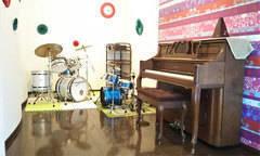 【横浜-都筑区】ピアノとドラムセットがあるスタジオで練習や音楽教室[車1台無料]
