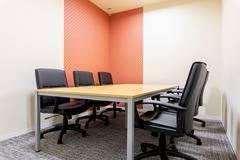 【京都四条烏丸】コワーキングスペース内の6名用会議室