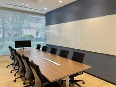 【10名会議室/ocean】ホワイトボード2面、Wi-Fi無料!大きな窓から光が入る、明るい会議室!コンビニも徒歩2分だから長時間の利用にもお勧めです!
