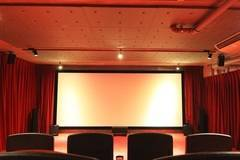 [南青山・外苑前] 本格的シアター 200インチの大型スクリーン4K映像 自主制作上映会やロケ、試写会、誕生日会などのご利用に!各種映写設備完備・下見無料。飲食スペース提供