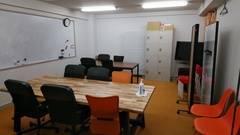 24時間利用・入退出可能 会議室、教室、小パーティ、ボードゲーム、動画撮影、テレビ・映画鑑賞にも最適、超大型ホワイトボード、大型テレビがある会議室です。