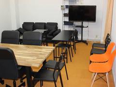 24時間利用・入退出可能 会議室、教室、小パーティ、ボードゲーム、動画撮影、テレビ・映画鑑賞にも最適、超大型ホワイトボード、大型テレビ、ソファーで長時間でも集中できる会議室です。