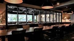 【新橋駅 30秒】~22名収容! Wi-Fi / TVモニター / ドリンクバー完備で実質お得!会議の生産性を高める(RoomB+C)