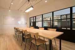雰囲気を変えた会議、小規模セミナーに使えるオシャレな会議室。駐車場・Wi-Fi・プロジェクター・ホワイトボード無料
