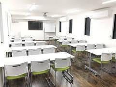 Room1【高崎駅徒歩7分】26席 65型テレビモニター|プロジェクター|Wi-Fi|ホワイトボード|無料 セミナー・会社説明会に最適