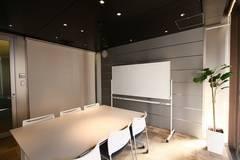 【銀座】駅直結!飲食可能◎大きな窓が開放的な清潔感のある貸し会議室(6名)