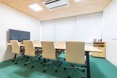 【池袋駅西口徒歩3分】コワーキングスペースの8名様用会議室