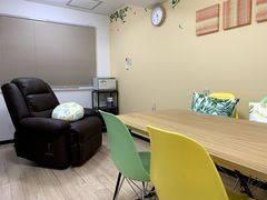 東中野駅30秒! 施術用リクライニングチェアと小さなミーティングスペースのあるお部屋。出張サロン、少人数の会議にも! 【まちの会議室★東中野】<シトラス>