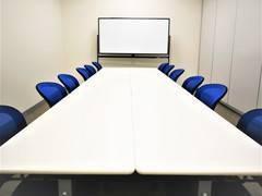 【拝島】12名収容可能。小規模利用におすすめのコンパクト貸し会議室1(標準12名/最大12名)