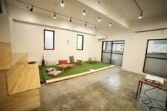 福岡県福岡市の中央区に位置しているコワーキングスペースです。コワーキングとしての利用だけでなくイベント利用、登記利用としてもご利用いただけます。