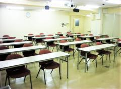 【東梅田】ビジネス街にあるオーソドックスで使いやすい貸し会議室(標準30名/最大63名)