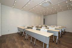 湘南・鎌倉にある大船駅より 徒歩3分!セミナー会場、お教室など多目的にご利用可能な貸切会議室(P2)です。