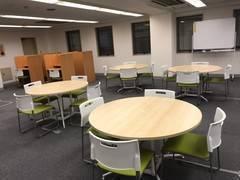 新宿三丁目徒歩5分・新宿駅徒歩12分/レンタルスペース/中規模会議室/立ち見の場合は30名可/セミナー・会議・レッスン・オフ会/WIFI・プロジェクター・ホワイトボード完備