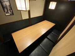 【〜6名個室①  JR新宿西口徒歩3分】WEB会議や少人数の打ち合わせに最適 Wi-Fi、電源、ホワイトボード、飲食持ち込み可
