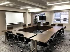 【新宿西口駅・大久保駅】ワークメディ会議室C(1010) キレイ!広い!16人でもでもゆったり使える会議室です。11坪(33㎡)。2Fロビーで待ち合わせもできる!