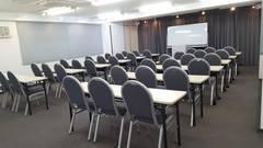 【コンファレンス横浜】ConferenceHall (白を基調とした横浜で人気のレンタルスペース★窓があって明るいです★)