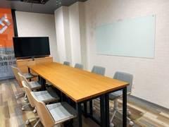 ☆新築☆ 松戸駅 徒歩2分 ガラスボードと50インチモニターを備えた新築のセミナールームです☆8名までゆっくり座れます。カフェ風でとってもオシャレ!休憩スペースもあるからとっても便利です。冷蔵庫やゴミ箱も付いています。