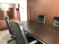 広瀬通【仙台協立第1ビル5階5-D貸会議室・応接室】5名様用 からだをサポートするソファタイプの椅子のある貸し会議室・応接室 面接や面談、WEB会議などに使いやすいスペースです