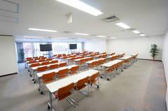 <平塚駅前シェアスペース グリーン4F>77名収容!光回線Wi-Fi無料!マイク/大型モニタ/スクリーンあり!セミナー/研修