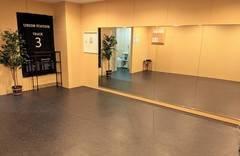 【なんば駅から徒歩5分】大きな鏡があるスタジオ【作業】【ダンス】【ヨガ】【撮影・収録】に最適!