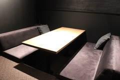 【六本木駅徒歩3分・無料Wi-Fi・プロジェクター】完全個室、高級感のあるシックなデザイン。会議やデスクワークに最適。HDMIケーブル有