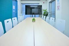 5/10オープン【藤沢駅1分】完全個室・アクリル板設置!清潔な空間で会議・動画撮影に最適 女性のみでも安心してご利用いただけますGS貸会議室・ブルー