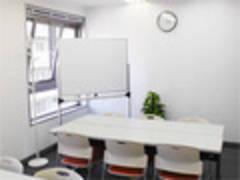 【川崎】白を基調とした清潔感ある室内!ワークショップやミーティングにおすすめ貸し会議室(16名)