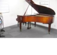 桜木町駅からすぐ!ピアノありのリハーサルスタジオで練習などはいかがでしょうか!の写真