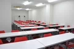 【大宮】赤い椅子で集中力アップ!セミナーや会議に★年中無休・24H個室貸し会議室(41名)