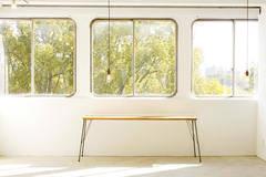 約53m²と広いスペース、駅から徒歩30秒の好立地、窓からの眺めが自慢です、レトロな角丸の窓枠も好評です!