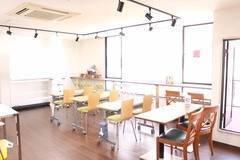 心斎橋徒歩5分以内、綺麗な部屋でセミナー、イベント、オフ会など16名着席、25名まで収容可能。プロジェクターや食器も完備。