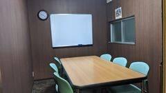 少人数でのミーティングや勉強会にぴったりの会議室!完全個室なのでZOOM会議などのテレワークにも最適!コーヒーや紅茶等のフリードリンクもあり◎