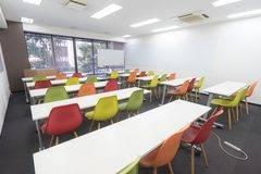 【博多駅すぐオフィスビル】BASES福岡(8/16リニューアル):好立地・便利・格安・安心!カラフルで明るいイベントスペース!会議・セミナーに(収容人数30名貸し会議室)