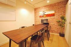 【恵比寿駅1分★RKFビル5階ルーム2】換気しっかりのパーテーション個室。テーブルが広く、デスクライトや23インチモニター完備で仕事や作業、打合せに向いています
