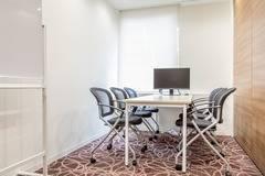 【神田駅徒歩2分】コワーキングスペースの6名様用会議室